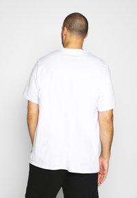 Levi's® Plus - BIG GRAPHIC TEE - Print T-shirt - big white - 2