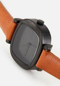 Komono - MONEYPENNY - Watch - cognac - 4