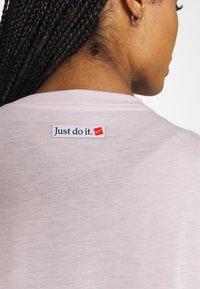 Nike Performance - ICON CLASH WOW - Camiseta estampada - barely rose/(white) - 5