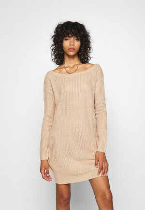AYVAN OFF SHOULDER JUMPER DRESS - Pletené šaty - sand