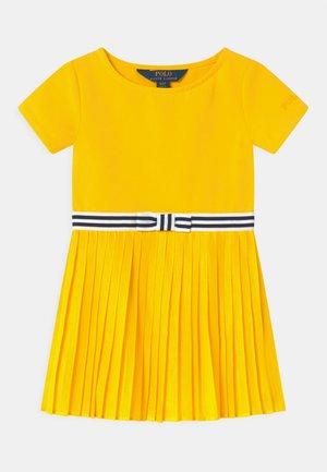 PLEATED DRESSES - Jersey dress - university yellow