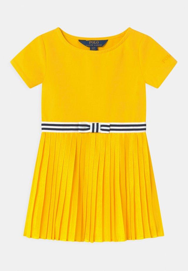 PLEATED  - Žerzejové šaty - university yellow