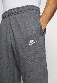 Nike Sportswear - CLUB - Pantalon de survêtement - charcoal heathr/anthracite/white - 3