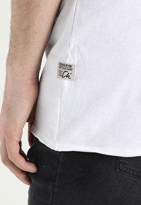 CHASIN' - EXPAND - Basic T-shirt - white - 3
