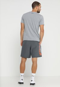 Under Armour - WORDMARK - Urheilushortsit - pitch gray/orange glitch - 2