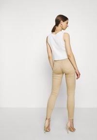 Vero Moda - VMHOT SEVEN PUSH UP PANTS - Jeans Skinny Fit - beige - 2