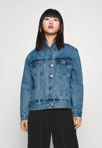 Missguided Petite - Denim jacket - stonewash - 0