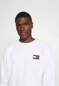 Tommy Jeans - BADGE CREW - Sweat polaire - white - 4