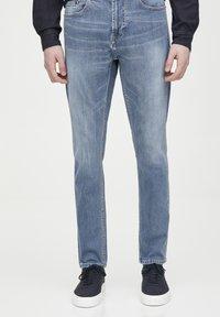 PULL&BEAR - HELLE SLIM-JEANS IM COMFORT-FIT 05682502 - Jeans slim fit - blue denim - 0