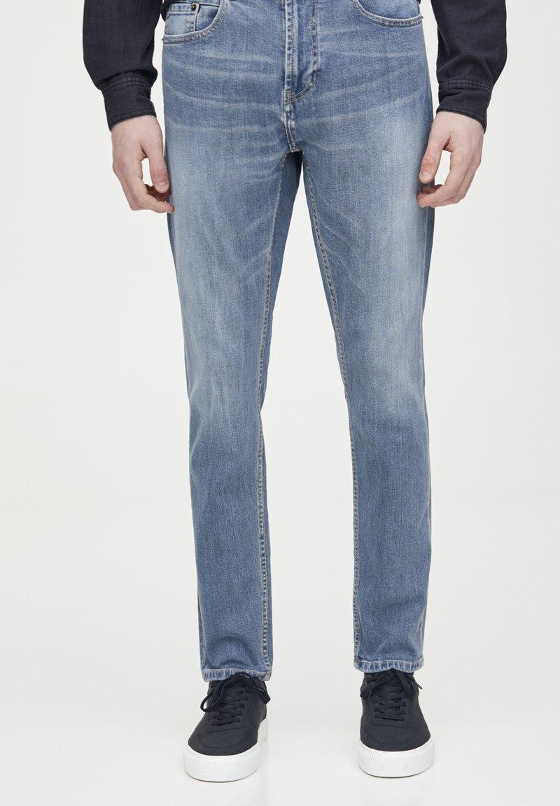 PULL&BEAR - HELLE SLIM-JEANS IM COMFORT-FIT 05682502 - Jeans slim fit - blue denim