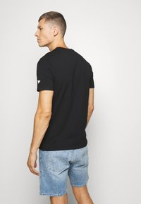 Guess - DEAL TEE - Printtipaita - jet black - 2