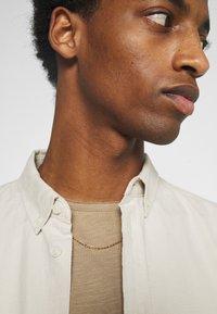 Selected Homme - SLHMORGAN O-NECK TEE - T-shirt basique - petrified oak - 3