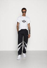 adidas Originals - TREFOIL SCRIPT - Print T-shirt - white - 1