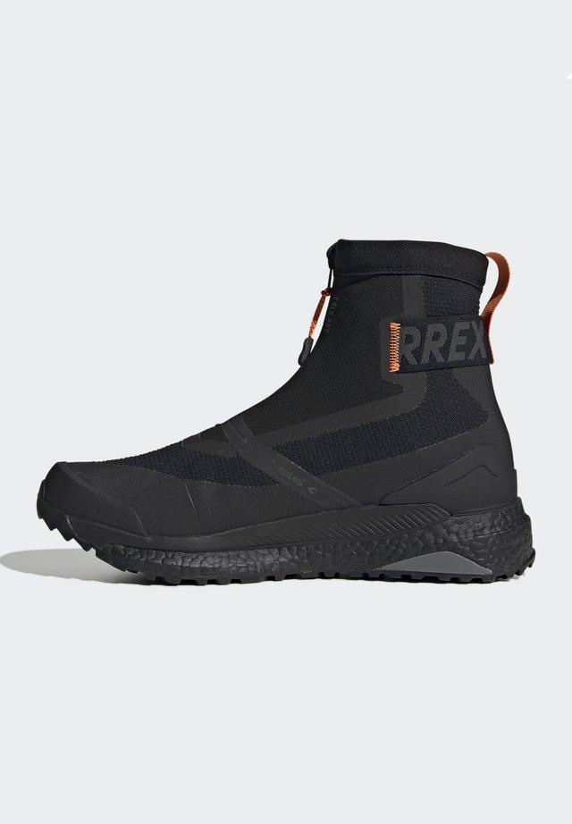 TERREX BOOST COLD.RDY PRIMEKNIT HIKING SHOES - Fjellsko - schwarz / orange