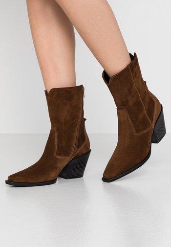 TONI - Cowboy/biker ankle boot - castoro