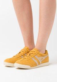 Gola - HARRIER MIRROR - Sneakersy niskie - sun/gold - 0