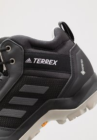adidas Performance - TERREX AX3 MID GORE-TEX - Trekingové boty - core black/dough solid grey/purple tint - 5