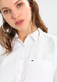 Tommy Jeans - ORIGINAL LIGHT OXFORD  - Button-down blouse - classic white - 4