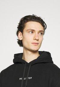 Hollister Co. - CENTERBOX LOGO - Sweatshirt - black - 3