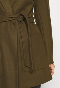 VILA PETITE - VICATTY BELTED COLLAR COAT - Classic coat - dark olive - 5