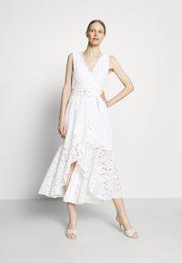 Guess - RANDA DRESS - Vestido de cóctel - true white - 1
