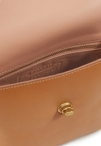 Coach - ORIGINALS TURNLOCK POUCH - Across body bag - camel - 3