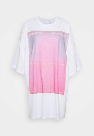 HUGE - Print T-shirt - stefy treatment