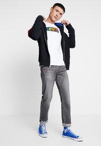 Levi's® - GRAPHIC SET IN NECK  - T-shirt med print - white - 1