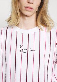 Karl Kani - SMALL SIGNATURE PINSTRIPE TEE - T-shirt med print - white - 5