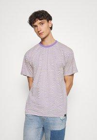 Vintage Supply - STRIPE TEE - Print T-shirt - purple - 0