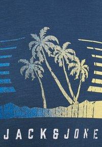 Jack & Jones - JORLAGUNA TEE CREW NECK - T-shirt con stampa - ensign blue - 2
