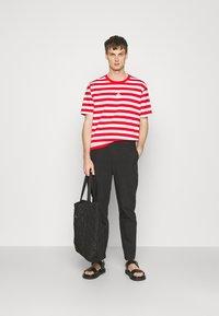 Holzweiler - HANGER STRIPED TEE - T-shirt print - red/white - 1