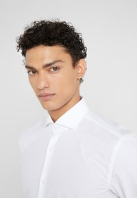 HUGO - KERY SLIM FIT - Formal shirt - open white - 4