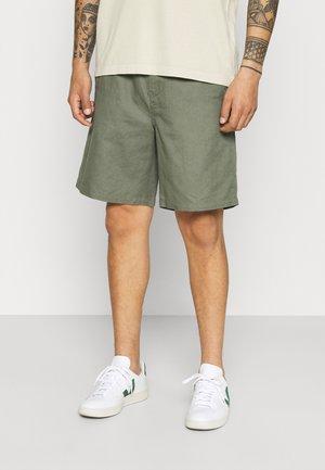 LINEN SHORTS - Shortsit - khaki green