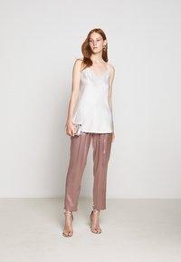 Allen Schwartz - KENLEY PANT - Trousers - mink - 1