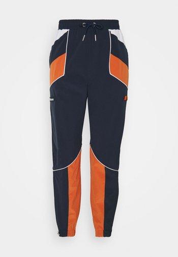 RACE TRACK PANT - Pantalones deportivos - green