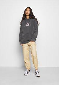 NEW girl ORDER - PLANET WASHED HOODY - Bluza z kapturem - grey - 1