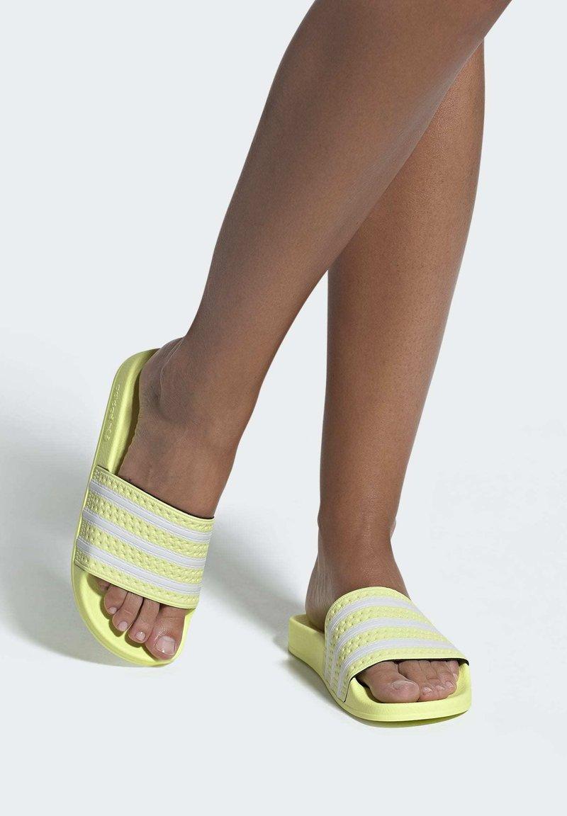 adidas Originals - ADILETTE SLIDES - Badesandaler - yellow
