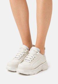 Buffalo - VEGAN QUIANA - Sneakersy niskie - cream/grey - 0