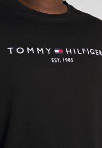 Tommy Hilfiger - LOGO TEE BIG & TALL - Print T-shirt - black - 4