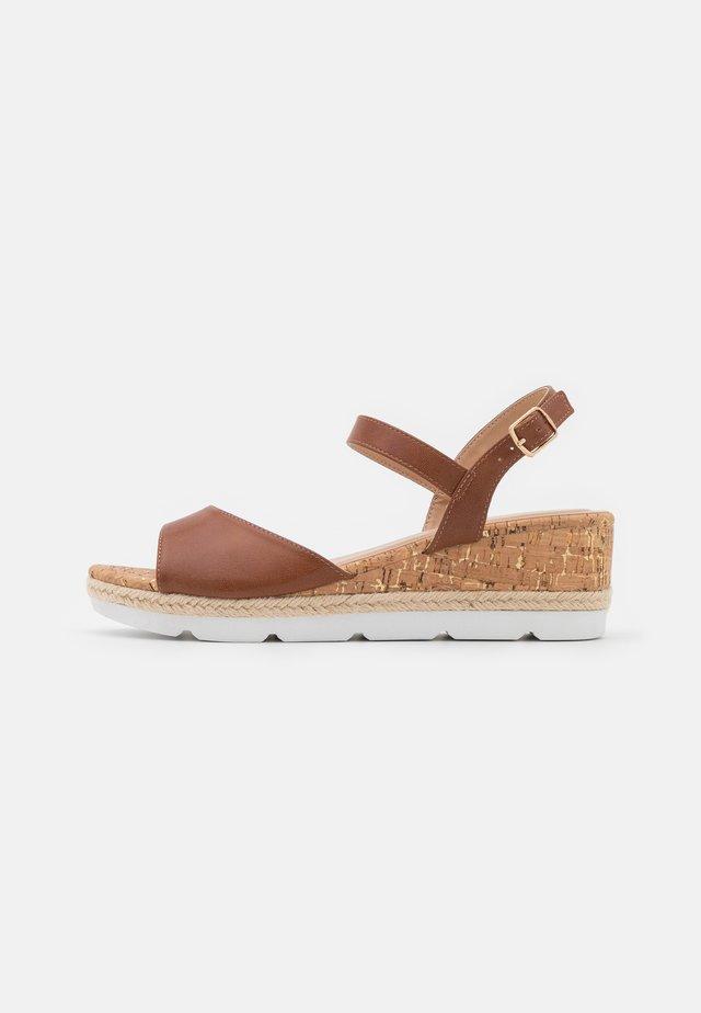 Sandalias con plataforma - cognac