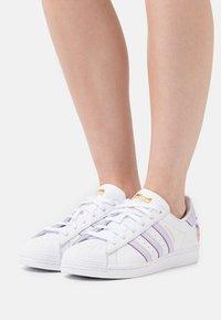adidas Originals - SUPERSTAR  - Tenisky - white/purple tint/matte gold - 0