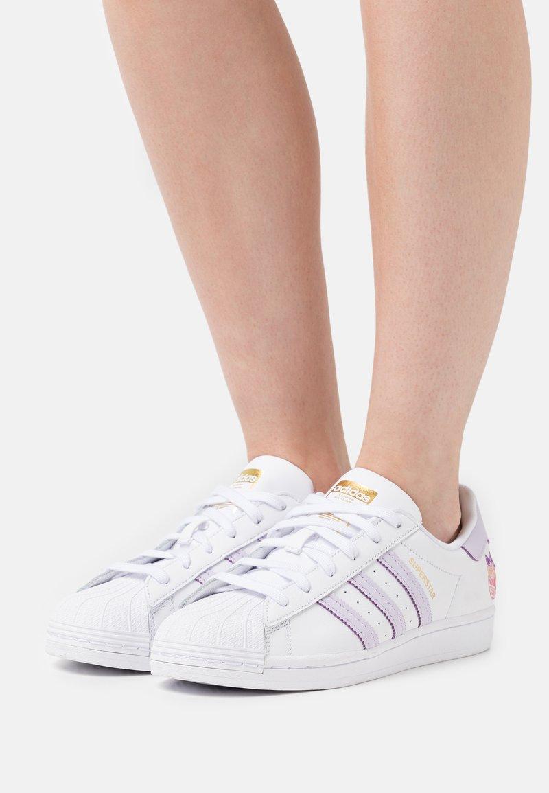 adidas Originals - SUPERSTAR  - Tenisky - white/purple tint/matte gold
