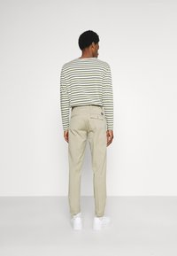 DOCKERS - SMART FLEX HERITAGE - Pantalones chinos - taupe sand - 2