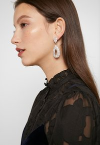 sweet deluxe - DROP EARRINGS - Orecchini - silber/crystal - 1