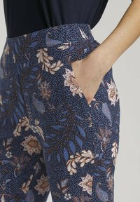 TOM TAILOR - LOOSE FIT - Trousers - navy floral design - 4