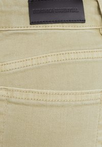 Bershka - SCHLAGHOSE - Flared Jeans - khaki - 5
