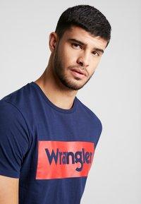 Wrangler - LOGO TEE - T-shirt z nadrukiem - navy - 3