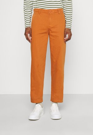CASUAL - Pantalones chinos - leather brown