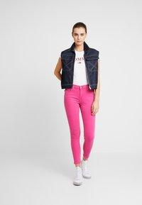 Tommy Jeans - NORA MID RISE SKINNY ANKLE - Jeansy Skinny Fit - pink - 1